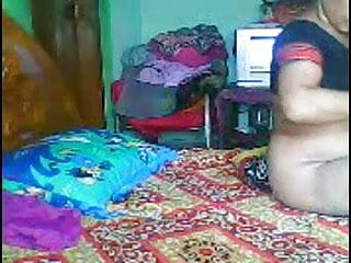 हॉट शौकिया गोरा हिंदी में सेक्सी फिल्म मूवी उसके अधोवस्त्र के माध्यम से हस्तमैथुन करता है और