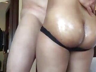 खूबसूरत श्यामला एक सेक्सी हिंदी मूवी वीडियो में बड़ा काला डिक लेता है