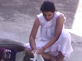 हॉट ब्रुनेट एक ब्लोजॉब साहसिक पर जाता है हिंदी में सेक्सी मूवी वीडियो में